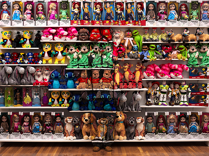 Liu Bolin, Hiding in New York No. 7 - Made in China, 2012.
