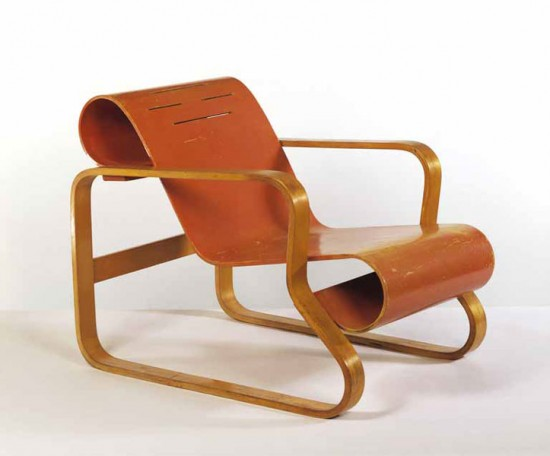 Alvar Aalto, Armchair. Manufactured by Huonekalu- ja Rakennustyötehdas Oy, Turku, Finland, 1930. Birch plywood and solid birch, painted seat, 63.5 x 61 x 89cm (Photo courtesy the Victoria & Albert Museum)