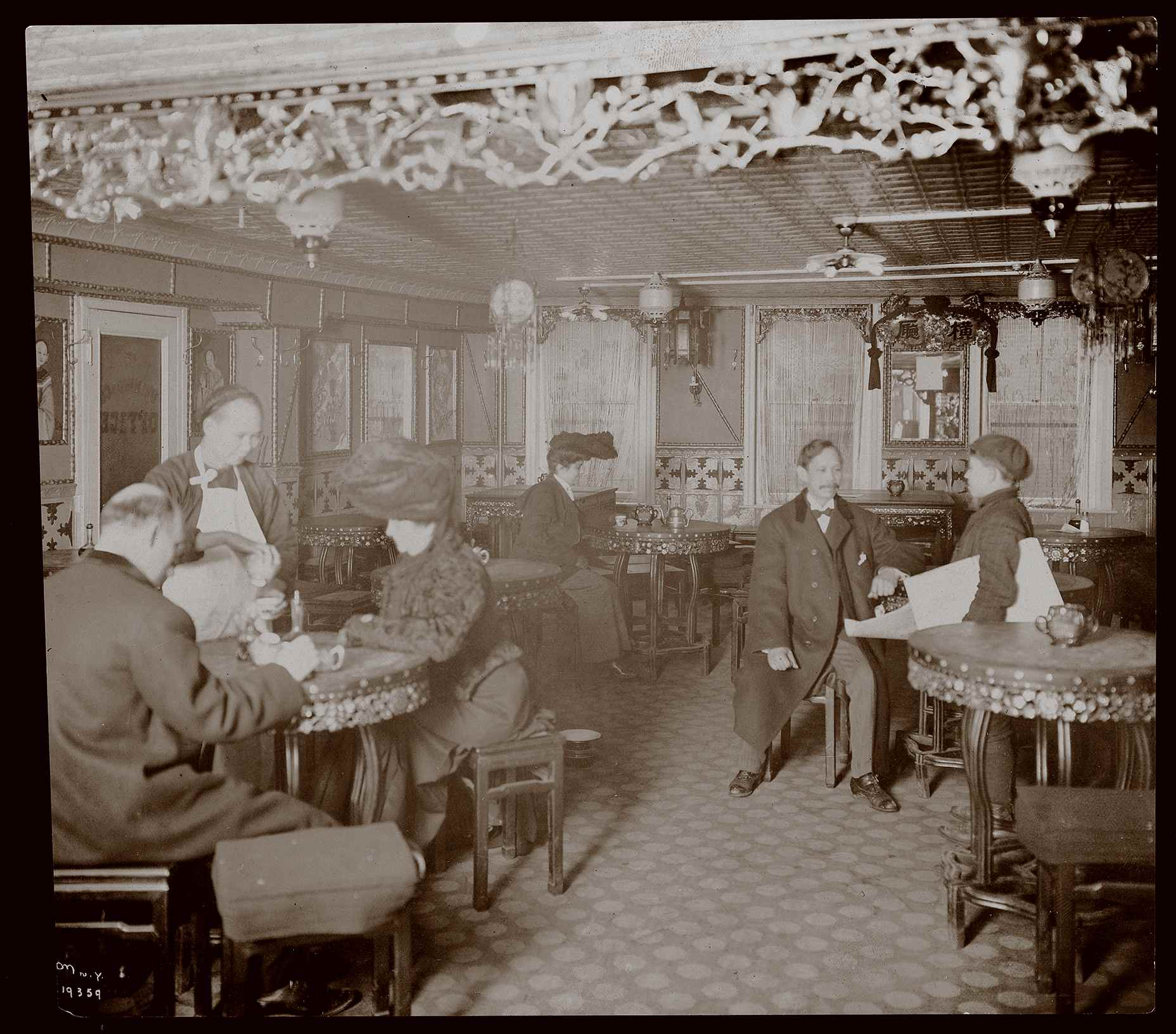 A Chinese restaurant in 1905 (Photo courtesy the Museum of the City of New York, the Byron Collection)